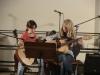 Ein Gitarrenduett von zwei Fünftklässlerinnen.