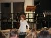 Sophie beweist ihr Talent beim Hula Hoop