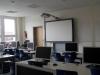 Ein Informatikraum mit interaktivem Whiteboard.