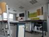 Modern eingerichteter Chemieraum.