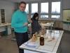 Erste einfache Schülerexperimente im Chemieraum.